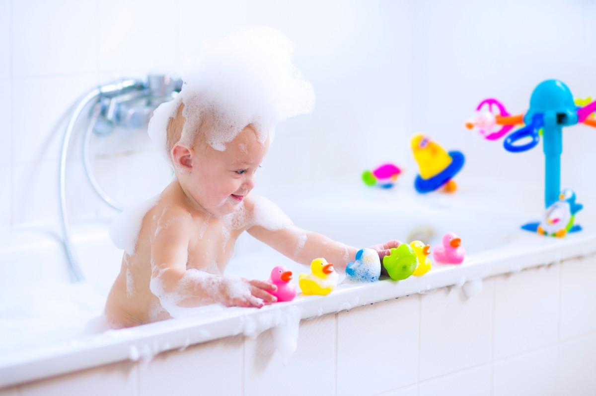 お風呂のおもちゃをキレイに保つ方法と収納便利グッズをご紹介 ママリ