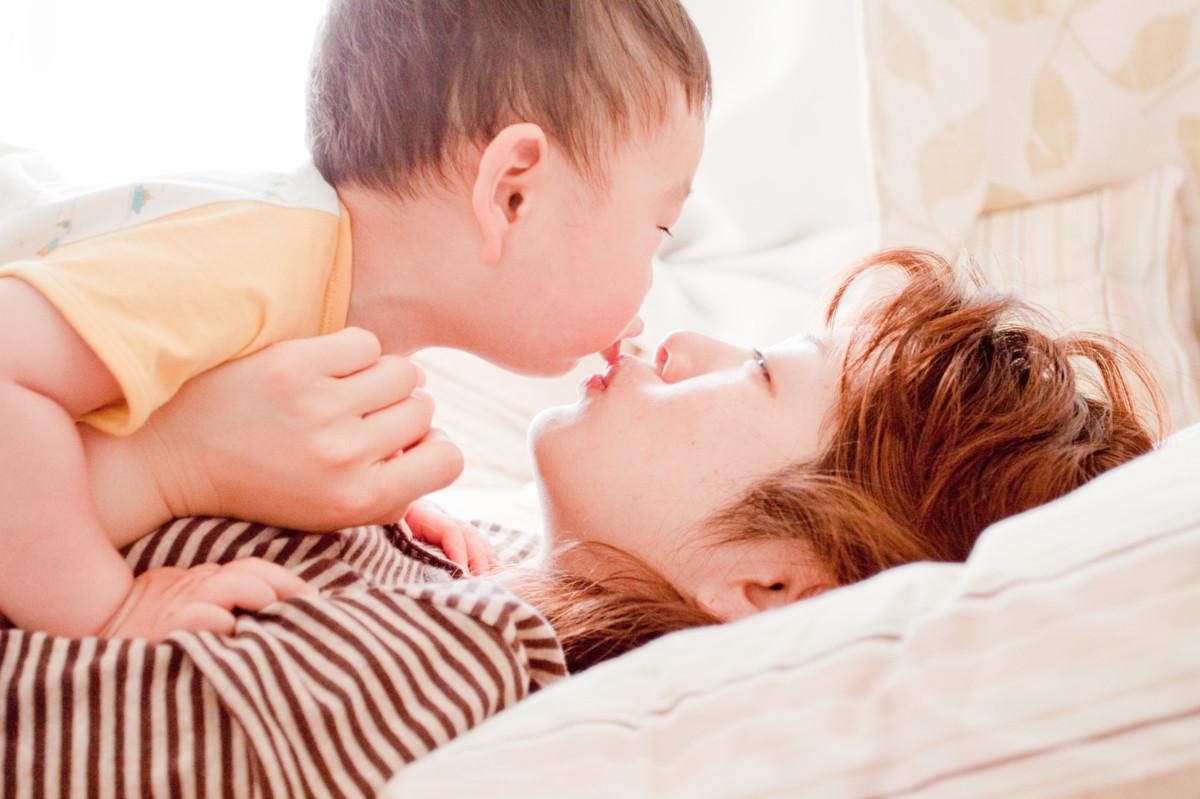 息子と寝転がるスザンヌ