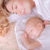 赤ちゃんと寝るときは添い寝?ひとり寝?どっちがいいの!?