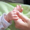 赤ちゃんの手足が冷たい原因は?熱がある時は?対処法や体験談もご紹介