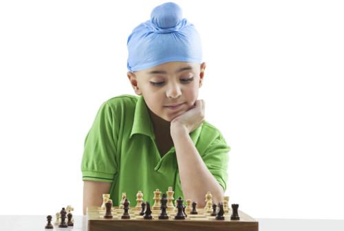 子供がボードゲームに夢中