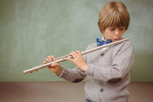 フルートを吹く子供