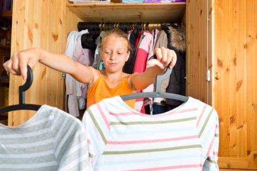 洋服を選ぶ子供
