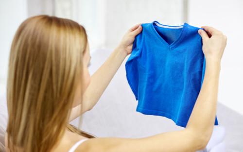 子供の服を選ぶ母親