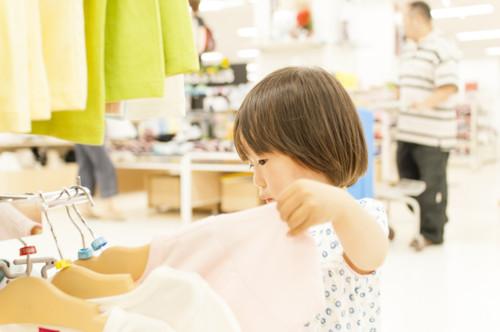 服を選ぶ子供