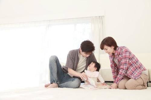 布絵本で遊ぶ親子