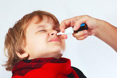 蓄膿症治療の点鼻薬を打つ男の子