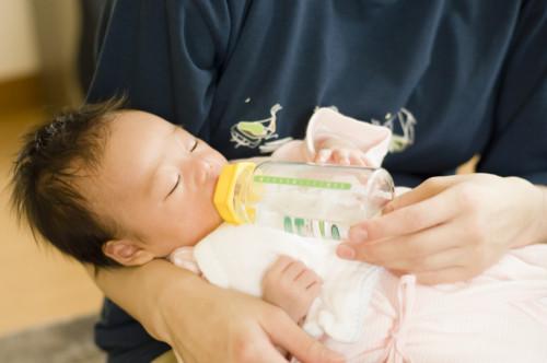 新生児 ミルク飲む