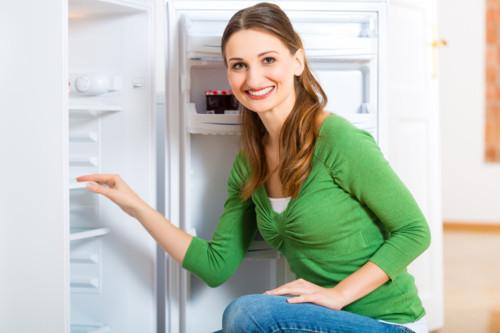 女性 冷蔵庫 掃除