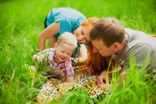 赤ちゃんとお出かけする家族