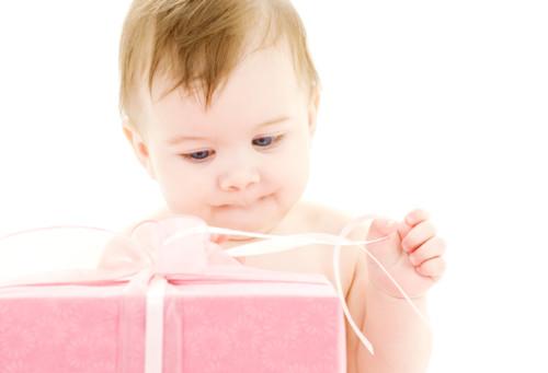 プレゼントを開ける赤ちゃん