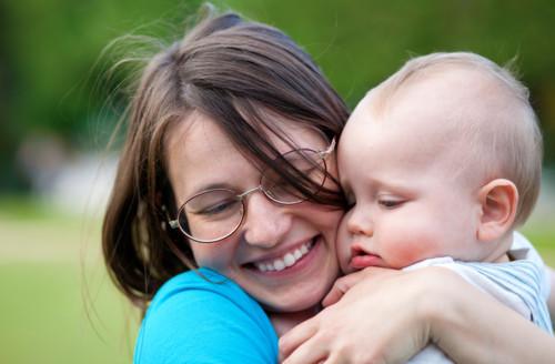 子供 母親 抱き合う