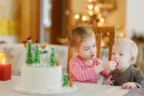 クリスマスケーキを食べる子供