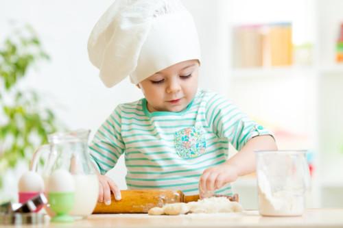 お菓子作りをする子供