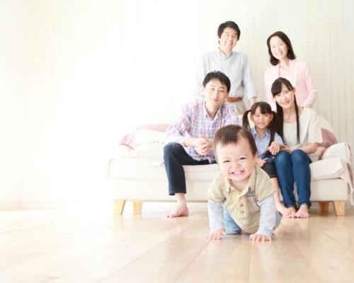 家族 赤ちゃん 明るい