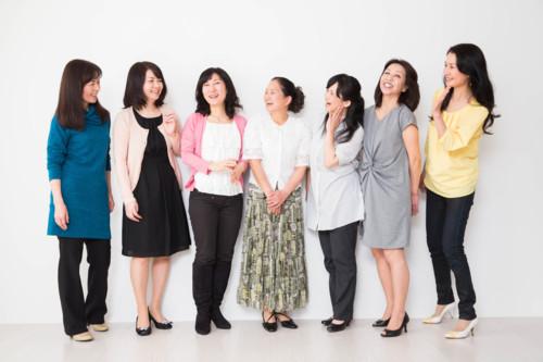 女性 笑う 日本人