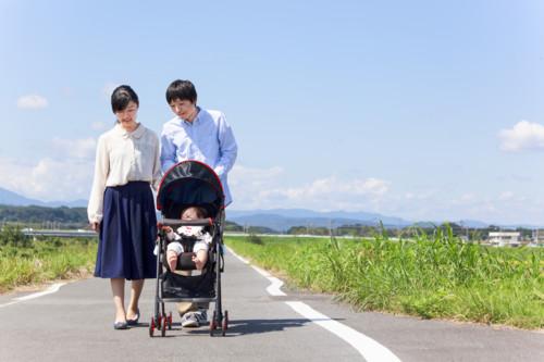 赤ちゃん 家族 散歩
