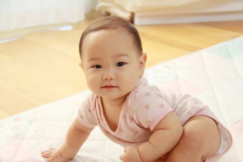 生後6ヶ月になると本格的に離乳食がスタートしたり、座れるようになる子も出てきたりと、また一段と成長している姿が見られるようになります。