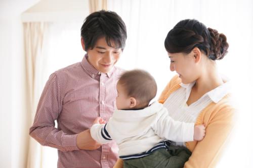母親 父親 赤ちゃん リビング