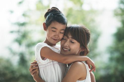 親子 抱きしめる