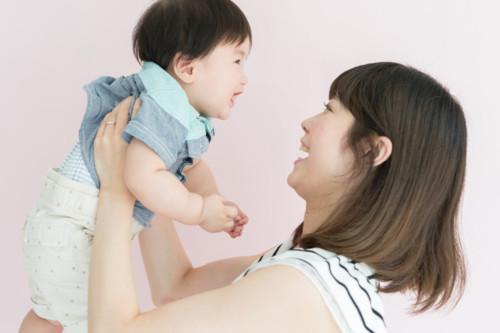 ママ 赤ちゃん 笑う