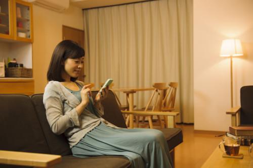 女性 スマホ 日本人