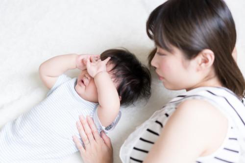泣く赤ちゃん ママ