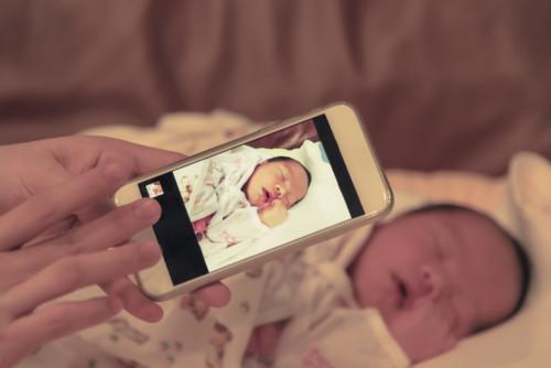 写真 持つ 子供