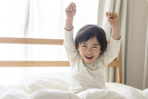 ベッド 朝 子供